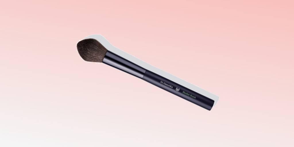 топ 6 продуктов за март красота макияж косметика daryazu pink background dr hauschka blusher brush daryazu-min
